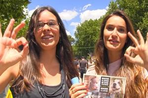 Miles de madrileños firman en la Feria del Libro