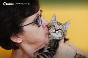 Adoptan a la gatita ciega, Linda Keller.