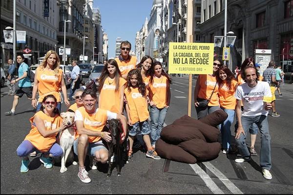 El Refugio planta una descomunal caca en plena Gran Vía, para denunciar la actitud de las personas que no recogen las cacas de sus perros.